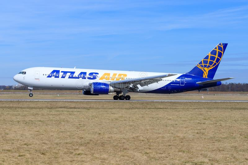 Stuttgart /Germany: BBoeing 767 van Atlas stock foto