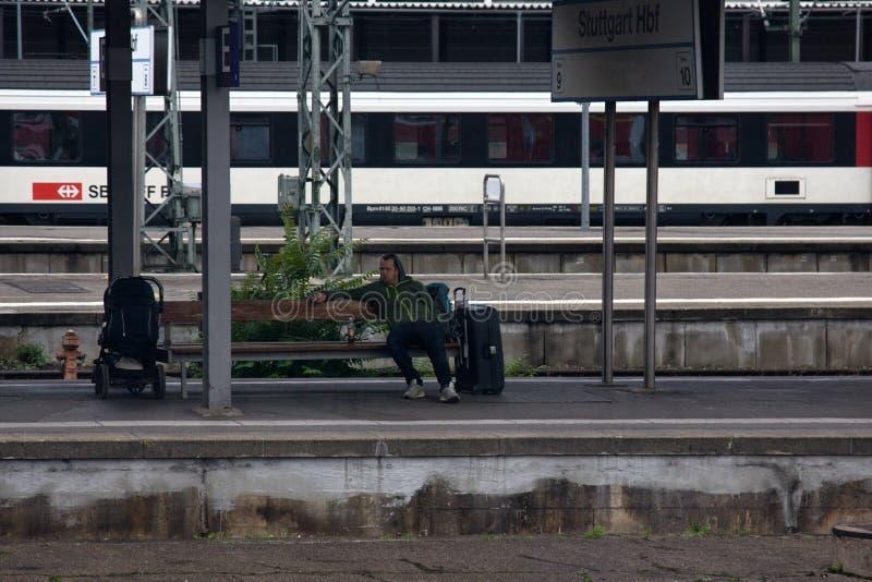 Stuttgart-Hauptanschluss gehen innerhalb des Zugs stockbild