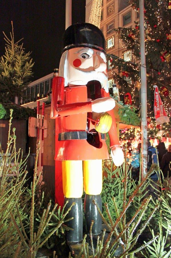 Stuttgart, Tyskland- 18 december 2011: Julmarknaden, Nutcracker arkivbilder
