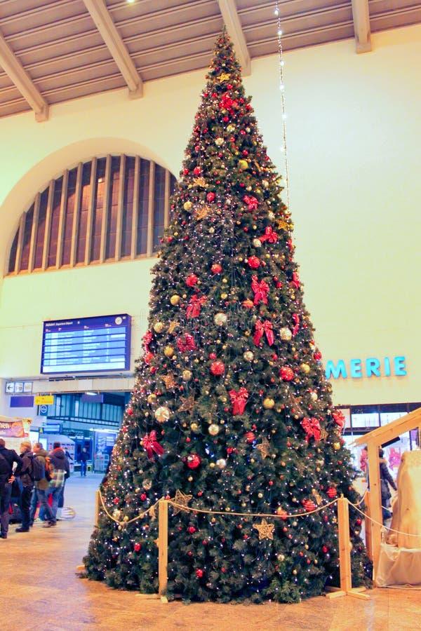 Stuttgart, Tyskland- 18 december 2011: Julträdet på centralstationen arkivbild