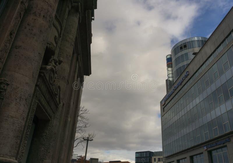 STUTTGART TYSKLAND - JANUARI 27,2019: Boersenplatz detta är en kontorsbyggnad av Volksbank royaltyfri bild