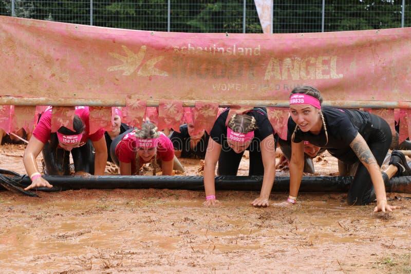 Stuttgart Tyskland - Juli 21, 2019: Muddy Angels Run royaltyfria bilder