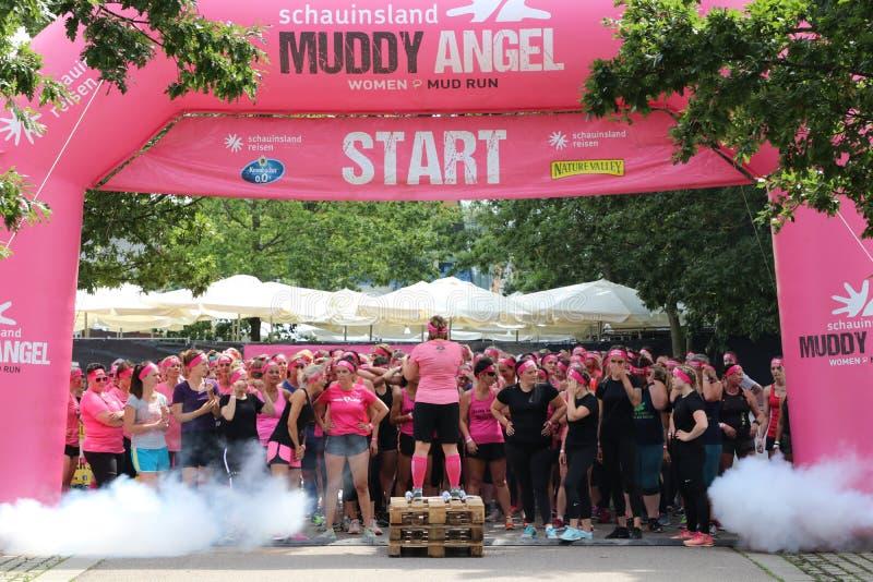 Stuttgart Tyskland - Juli 21, 2019: Muddy Angels Run royaltyfri bild