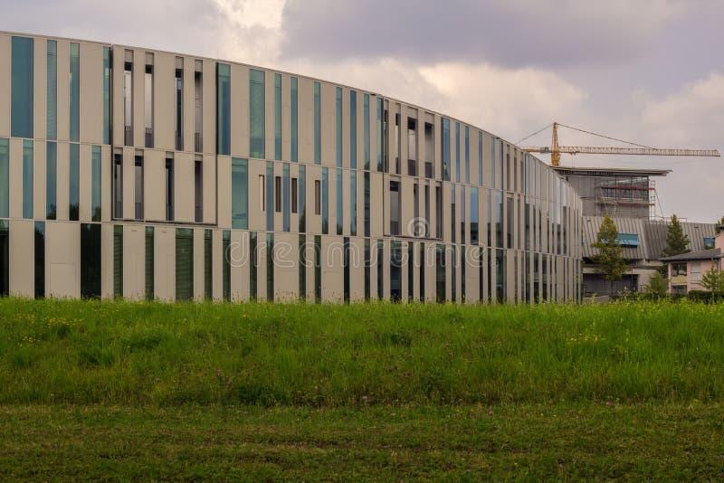 STUTTGART-VAIHINGEN NIEMCY, LIPIEC, - 22,2018: Kampusu teren To jest nowożytnym biblioteką środki obrazy stock