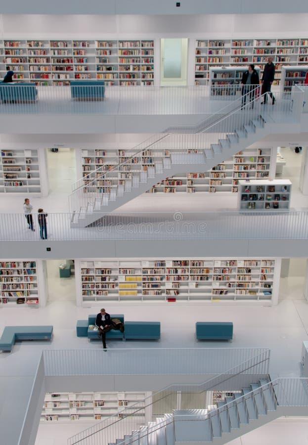 Stuttgart - zeitgenössische öffentliche Bibliothek stockbild