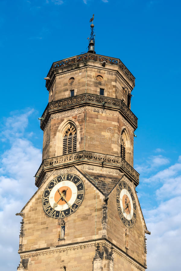 Stuttgarter Stiftskirche Belltower zbliżenia niebieskiego nieba centrum miasta obraz royalty free