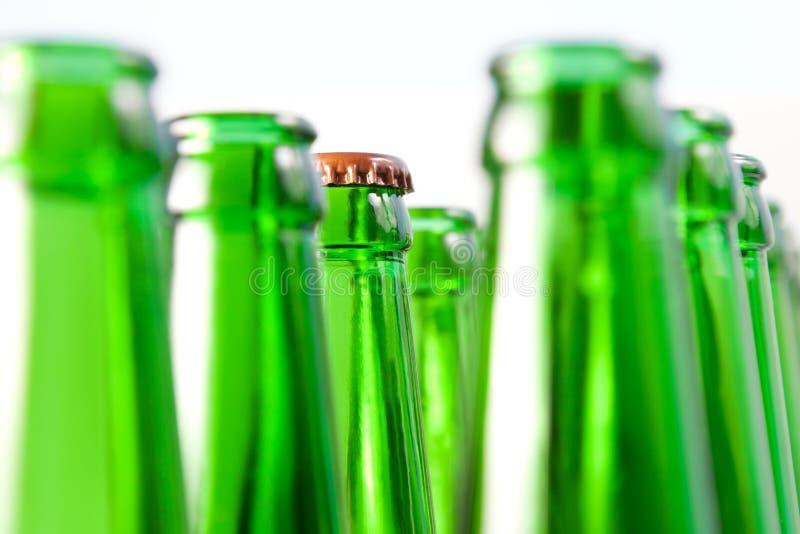 Stutzen mit einer Abdeckung der geöffneten Bierflaschen lizenzfreie stockfotografie