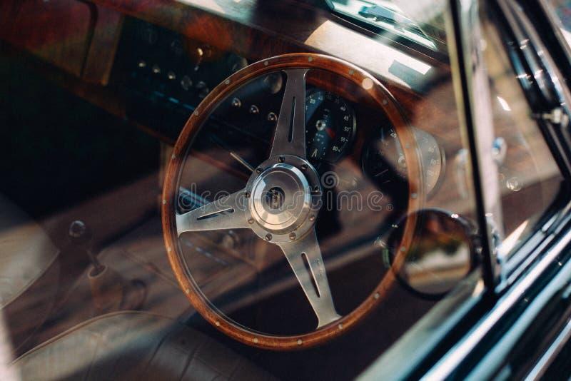 Stuurwiel binnen auto stock afbeelding