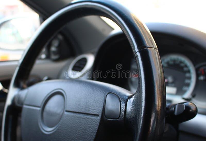 Stuurwiel in de auto stock foto