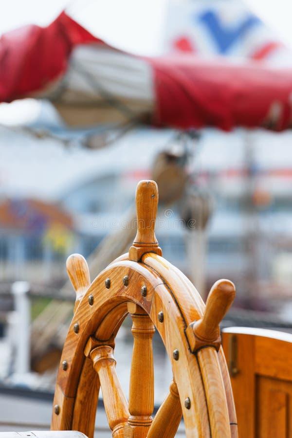 Stuurwiel op de bootzeilen in haven stock foto's
