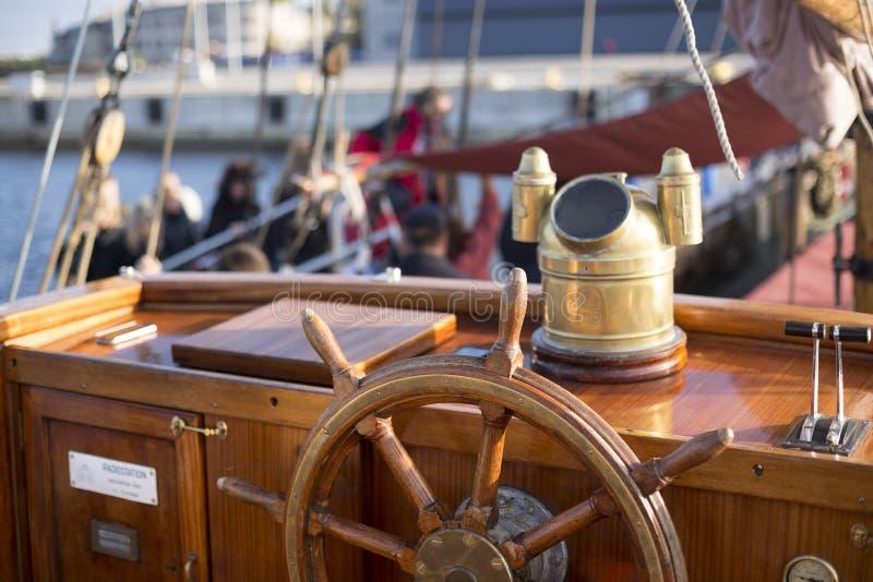 Stuurwiel van een oud houten varend schip stock foto's