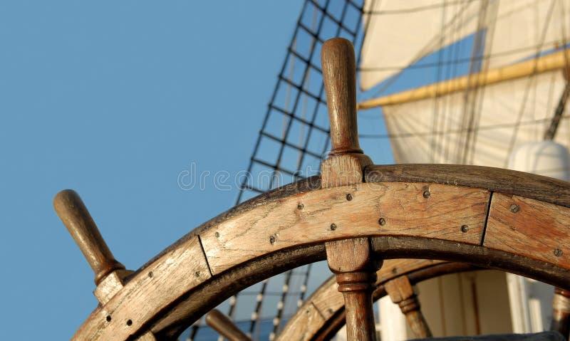 Stuurwiel van een varend schip yachting sailing stock fotografie