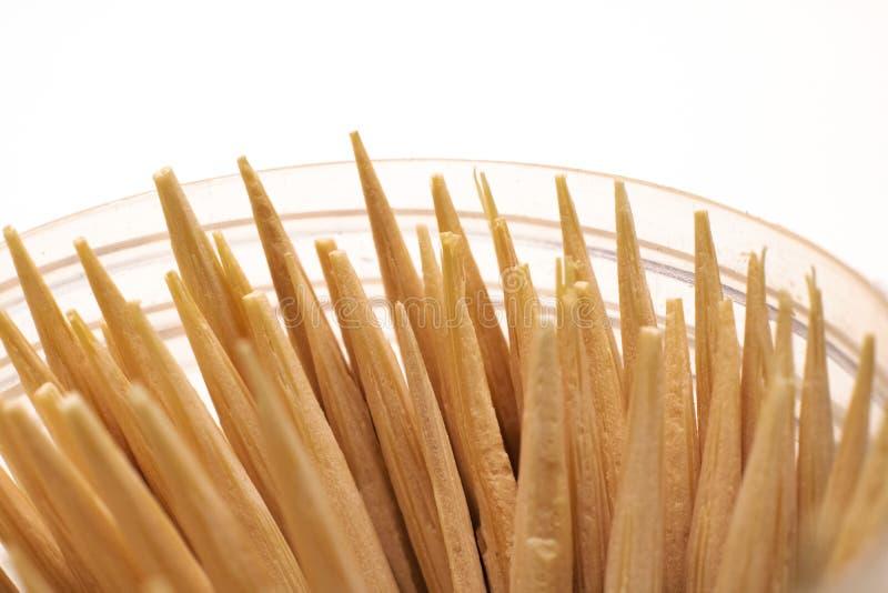 Stuzzicadenti di legno in una fine della latta su fotografie stock