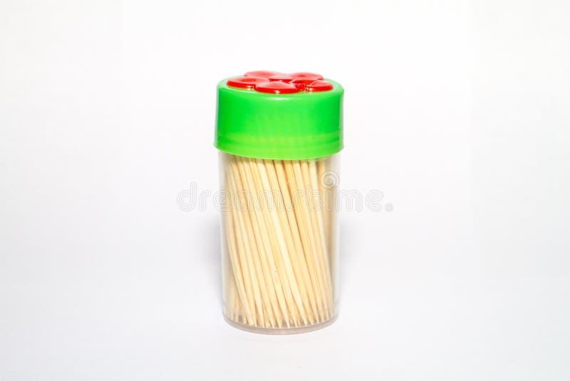 Stuzzicadenti per i denti in una scatola con un coperchio verde immagini stock