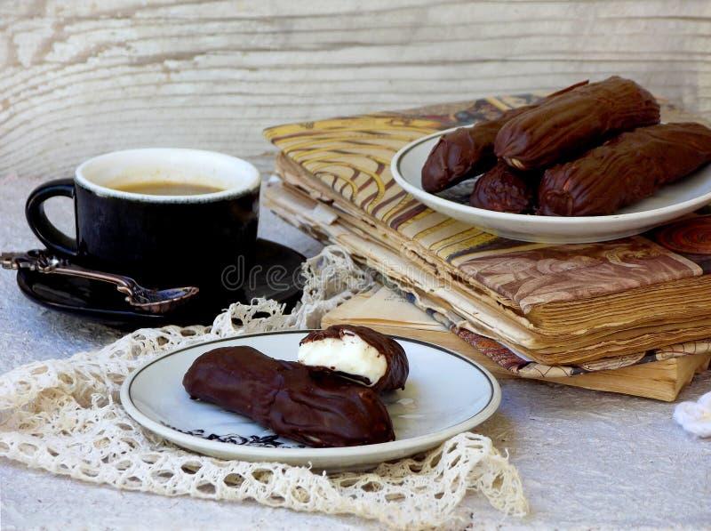 Stwarza ognisko domowe oszklonych serowych twaróg i filiżankę kawy na drewnianym tle słodka śniadaniowa selekcyjna ostrość obraz royalty free