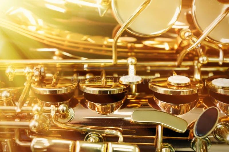 Stycke av den alt- saxofonen royaltyfri bild