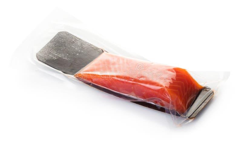 Stycke av den röda fisken i vakuumemballage royaltyfria bilder