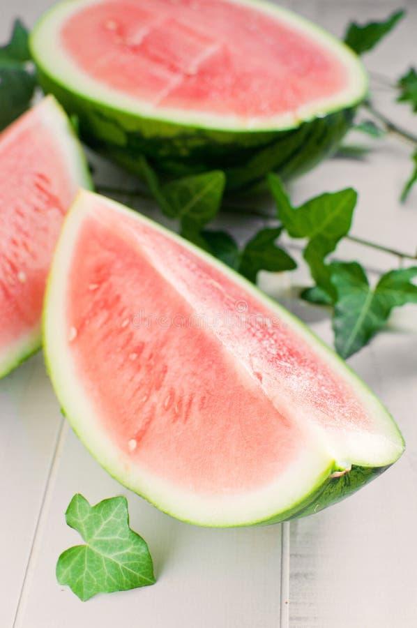 Stycke av den röda mogna seedless vattenmelonen royaltyfria bilder