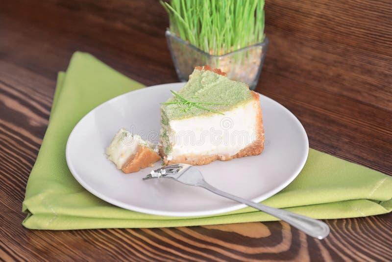 Stycke av den smakliga kakan på plattan royaltyfri fotografi