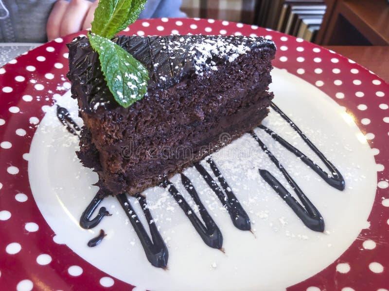 Stycke av den smaskiga kakan för choklad fotografering för bildbyråer