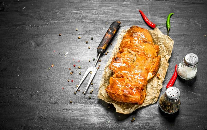 stycke av grillat kött med kryddor royaltyfri fotografi