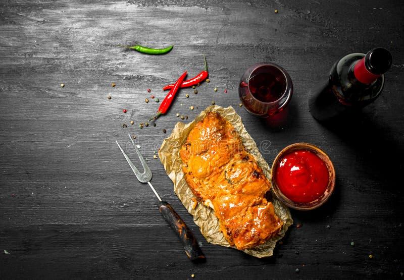 stycke av grillat kött med rött vin royaltyfria foton