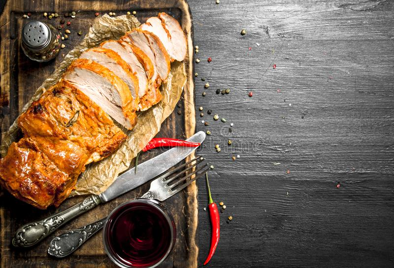 stycke av grillat kött med rött vin royaltyfri bild