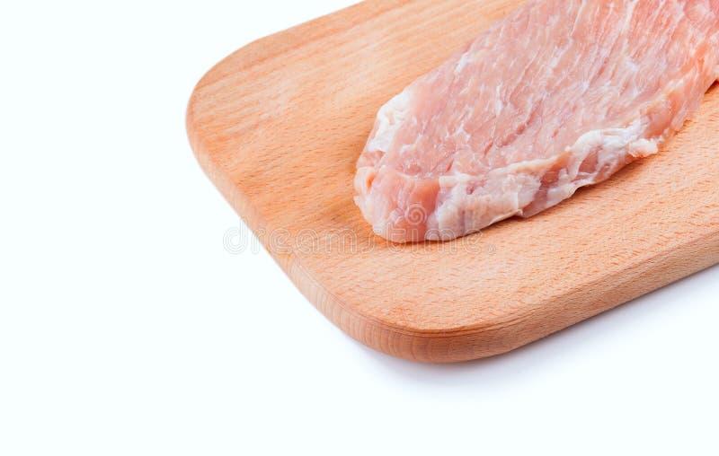 Stycke av nytt rått kött på träbräde arkivbilder