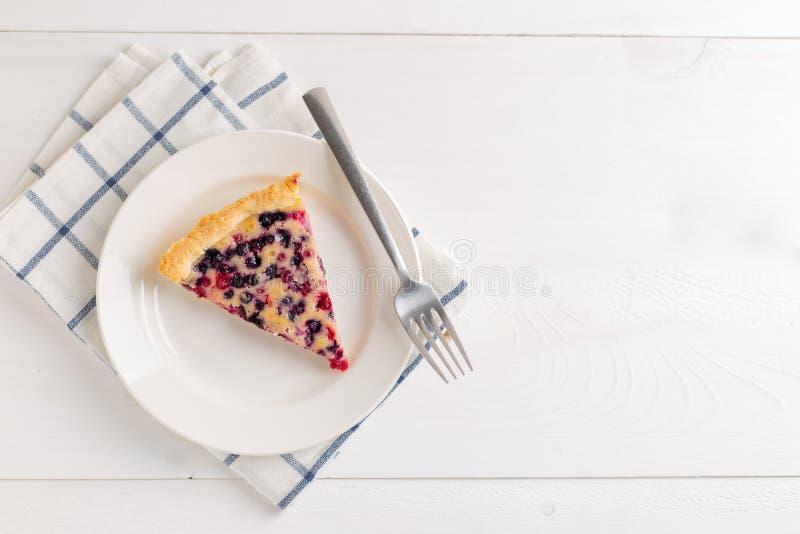Stycke av pajen med den röda vinbäret och blåbär arkivfoton