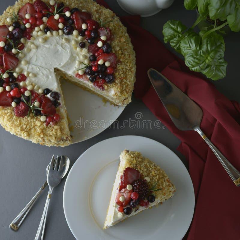 Stycke skiva av den hemlagade b?rkakan L?cker morot f?r strikt vegetarian och orange kaka som dekoreras med b?r Sund efterr?tt gr royaltyfria foton