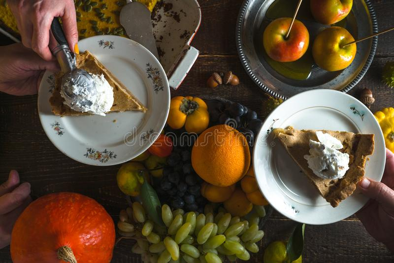 Stycken av äppelpajen med glass på plattor, grönsaker och frukter på tacksägelsedag royaltyfri foto