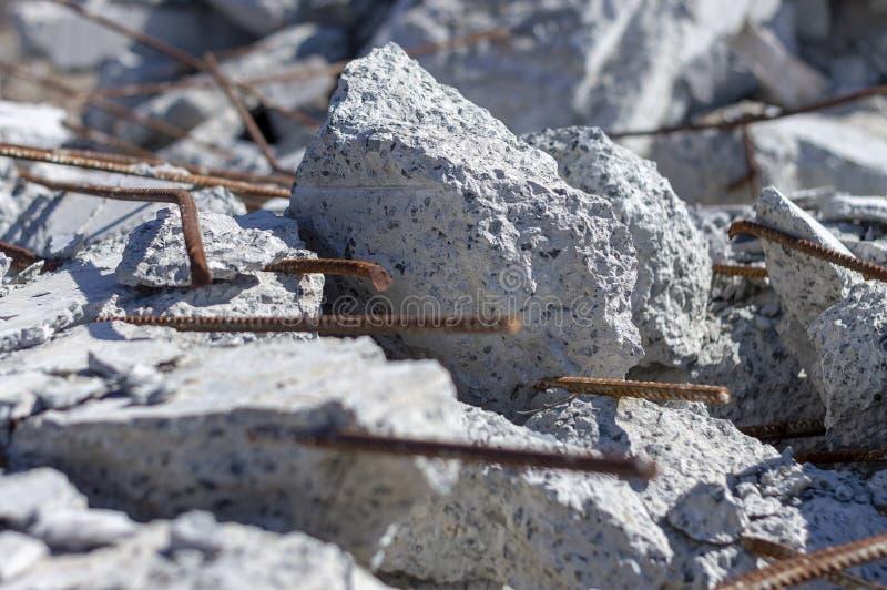 Stycken av betong och förstärkningen efter förstörelsen av den gamla byggnaden arkivbilder
