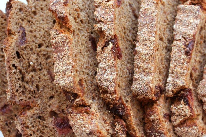 Stycken av bröd med tranbär som isoleras på vit bakgrund ?vre sikt arkivbild