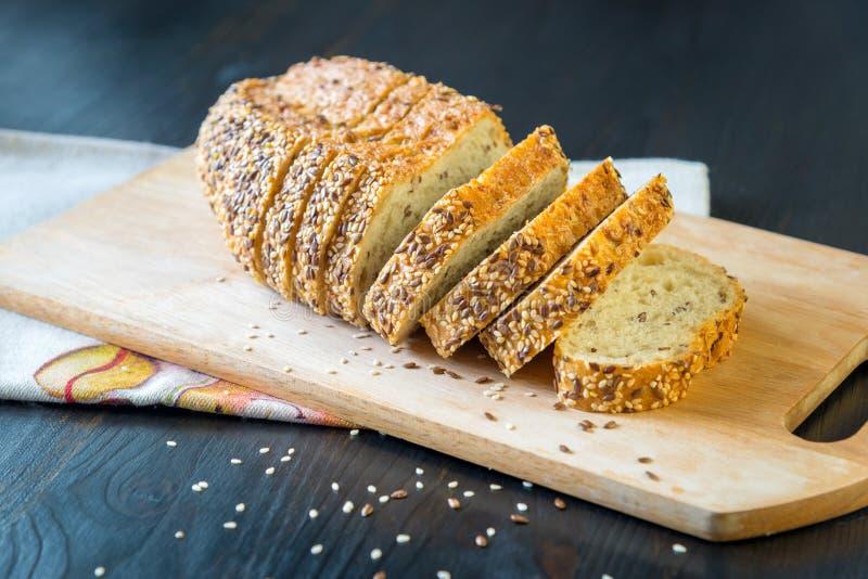 Stycken av bröd som göras av havremjöl på en träbakgrund arkivfoto
