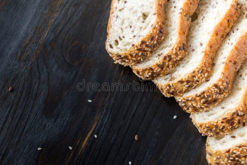 Stycken av bröd som göras av havremjöl på en träbakgrund royaltyfri fotografi