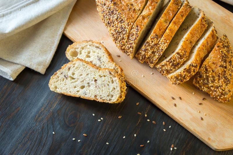 Stycken av bröd som göras av havremjöl på en träbakgrund royaltyfri foto