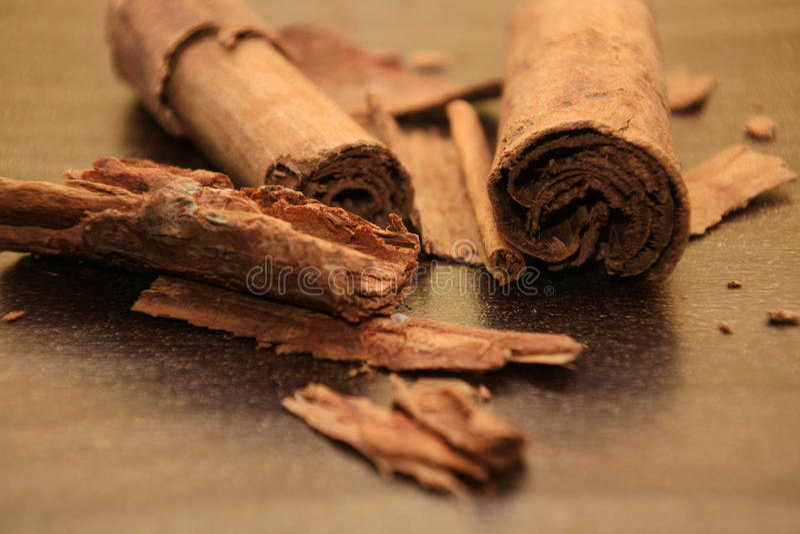 Stycken av closeupen för kanelbruna pinnar royaltyfri foto