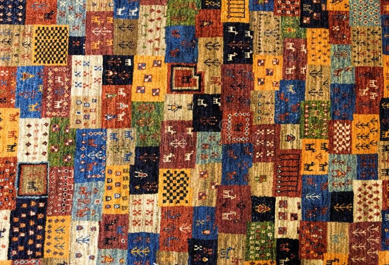 Stycken av färgrika mönstrade mattor som bakgrunder arkivfoto