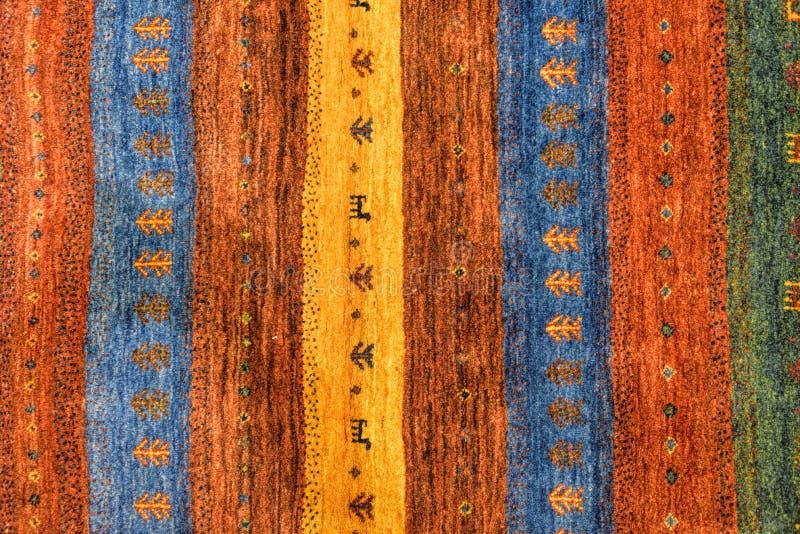 Stycken av färgrika mönstrade mattor som bakgrunder arkivbilder