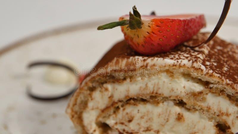 Stycken av jordgubbar i vit piskad vanilj lagar mat med grädde closen skivar upp jordgubben Slut upp skiva för jordgubbekräppkaka fotografering för bildbyråer