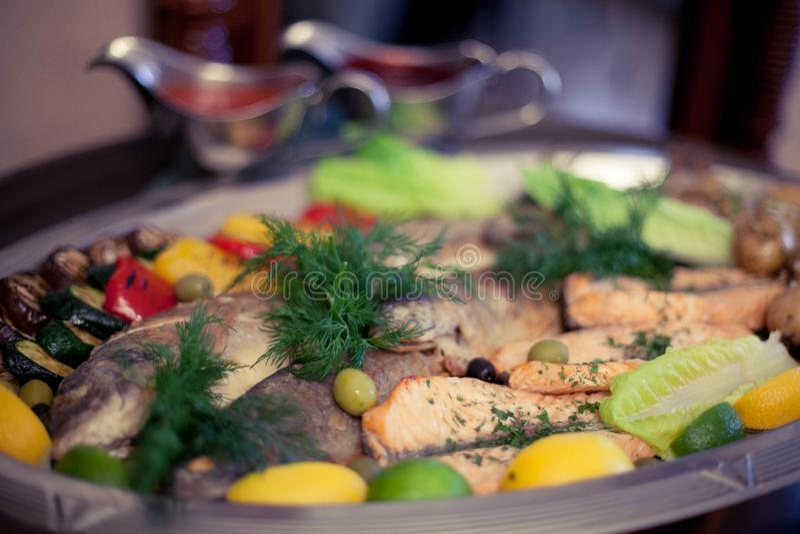 Stycken av kalkon som bakas med champinjoner och grönsaker fotografering för bildbyråer