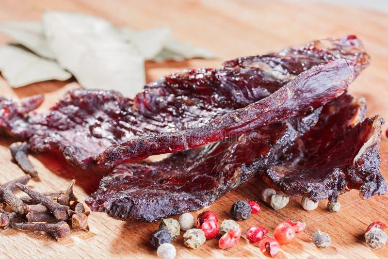 Stycken av knyckigt och kryddor för nötkött royaltyfri fotografi