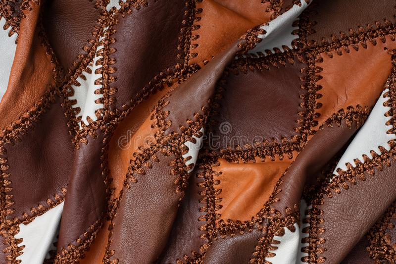Stycken av mång--färgat läder som sys med tråden, buckligt tyg royaltyfri foto