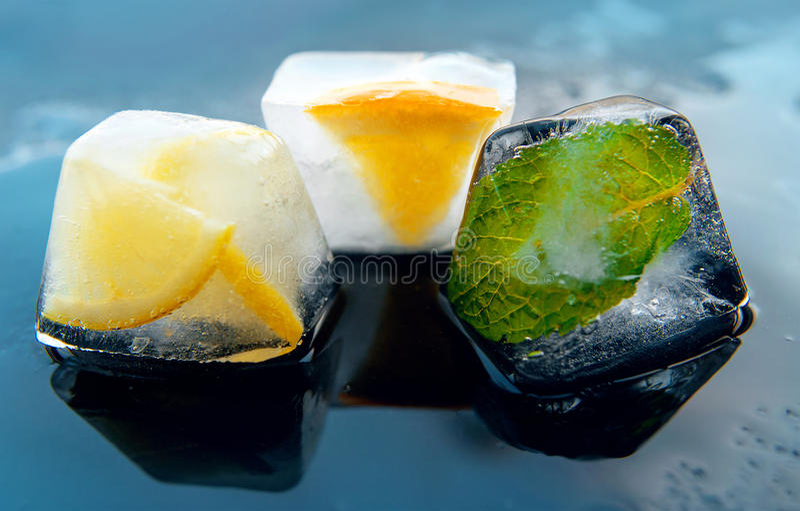 Stycken av is med citronen, mintkaramell, apelsin royaltyfria bilder