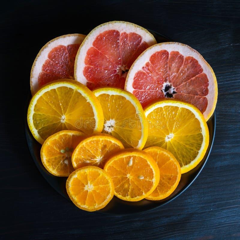 Stycken av nya citrusfrukter (grapefrukt, mandarin, apelsinen) royaltyfria foton