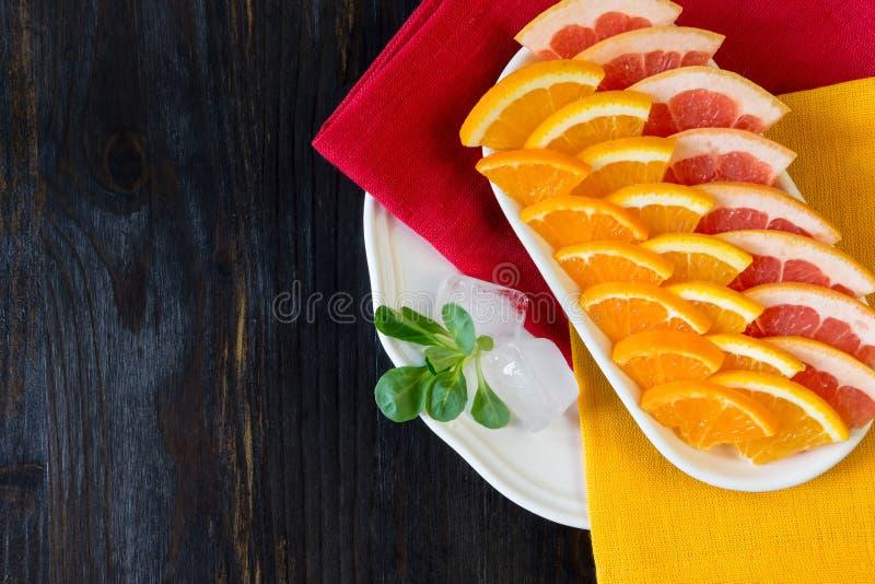Stycken av nya citrusfrukter (grapefrukt, mandarin, apelsinen) royaltyfri bild