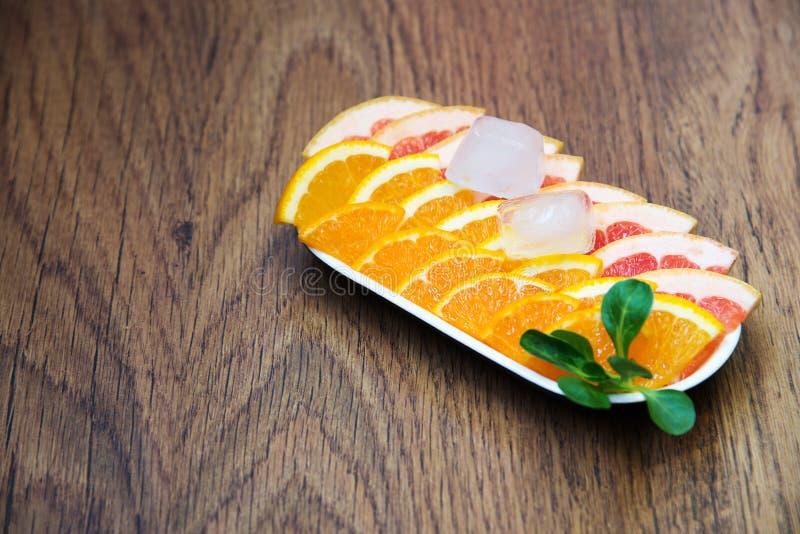 Stycken av nya citrusfrukter (grapefrukt, mandarin, apelsinen) royaltyfri fotografi