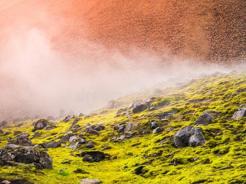 Stycken av obsidian i färgrikt landskap av regnbågeberg, Fjallabak naturreserv, Island royaltyfria foton
