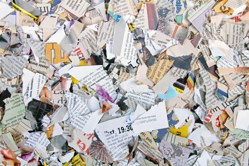 Stycken av olika sönderrivna tidningar och tidskrifter royaltyfri fotografi