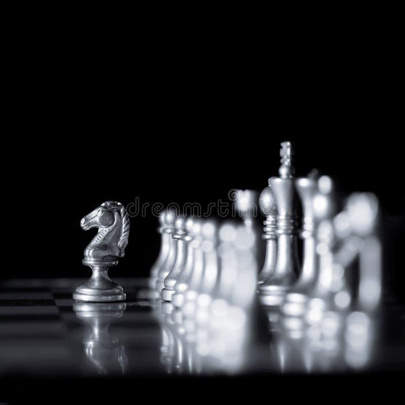 Stycken p? schackbr?det f?r att spela leken och strategi fotografering för bildbyråer